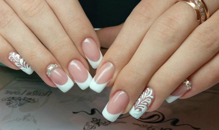 deco nails en rose et blanc, bijoux à ongles brillants, motifs floraux, bout des ongles blanc