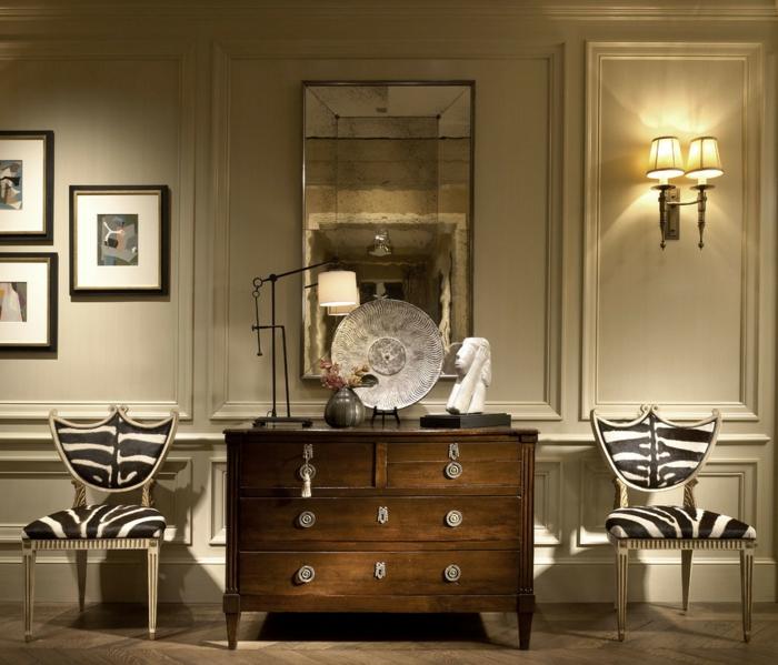 installer un meuble entrée couloir en bois, des chaises avec des prints zèbres, appliques classiques à abat-jour