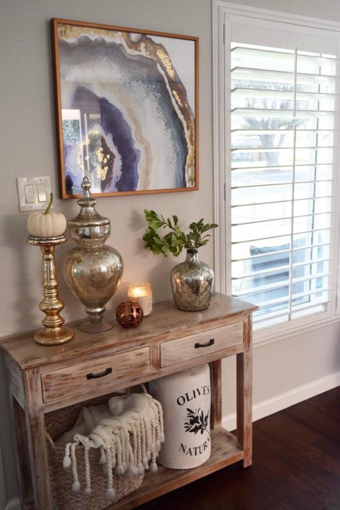 petit meuble d'entrée et couloir, tableau artistique original, bureau en bois, objets déco vintage, peinture blanche