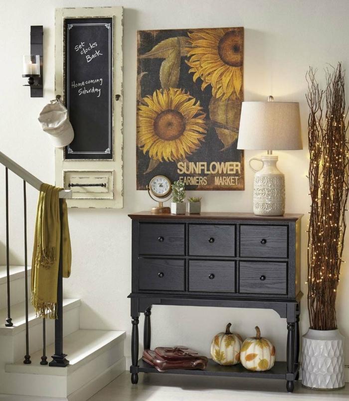une entrée avec décoration d'automne, deux citrouilles peintes, peinture avec tourne sol, tableau mémo