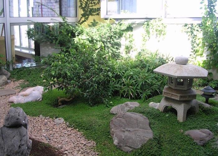 petite décoration de jardin à la japonaise avec pelouse et pierre Ishi dorou lanterne