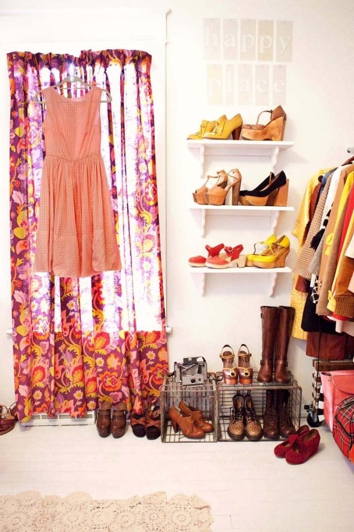 idée de dressing dans une petite pièce aménagée de façon optimale avec une etagère et casier à chaussures dans le coin