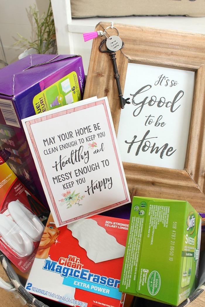 Simple et utile cadeau de crémaillère idée cadeau crémaillère boite cadeau sympa basket de goodies