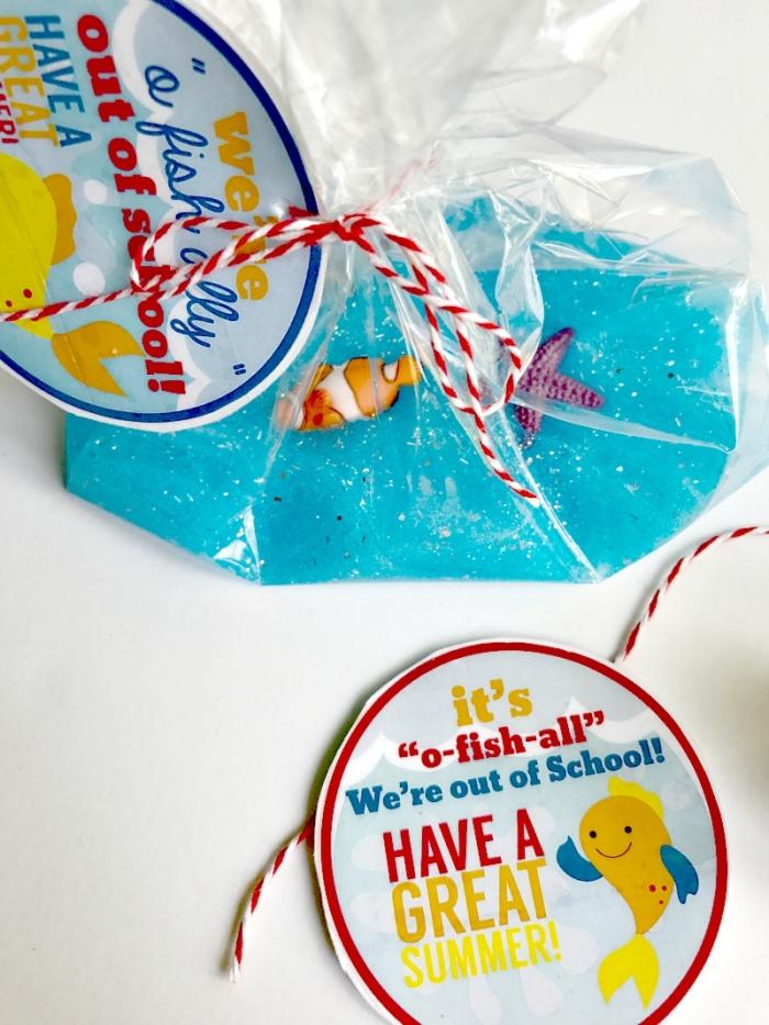 de petits sachets plastiques de slime bleu océanique avec des étiquettes personnalisées, à offrir comme cadeaux d'invités