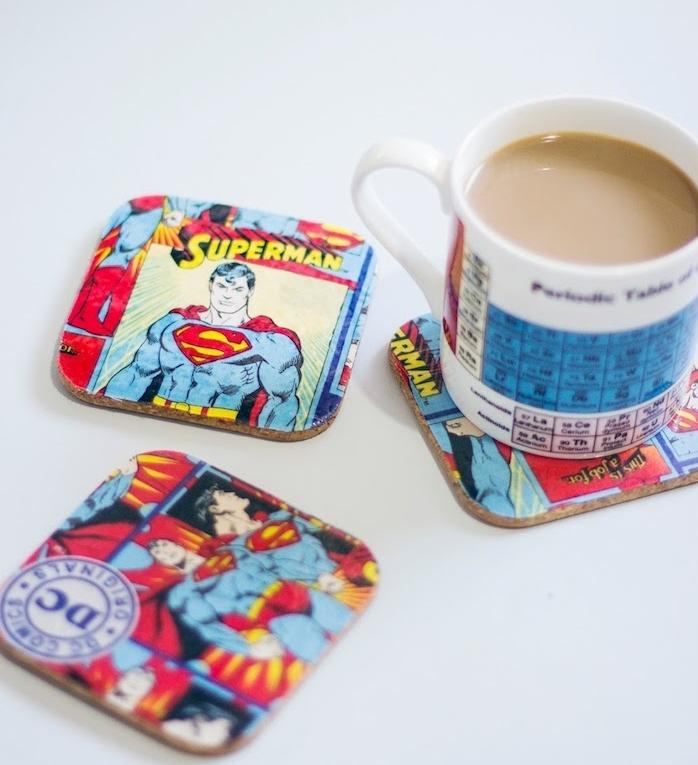 dessous de verre décoré de tissu motif comics bande dessinée superman, idée cadeau fête des pères à fabriquer
