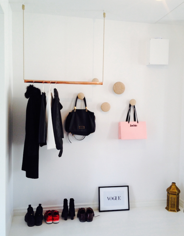 diy facile et rapide porte manteau en tube de cuivre suspendue à des cordes, chambre à coucher blanche, cintres avec vetements et sacs à mains rangés sur le mur
