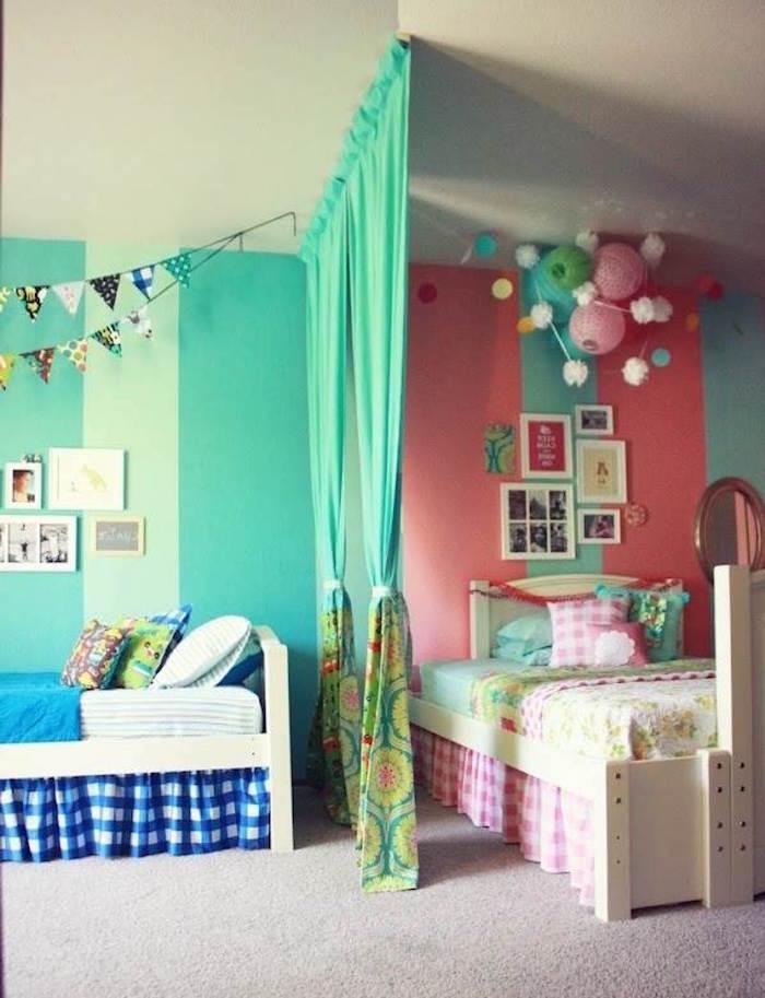 déco chambre enfants garcon et fille avec mur rose et vert