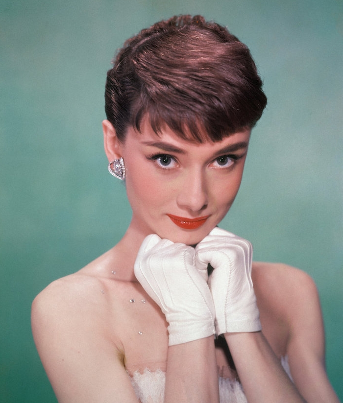 audrey hepburn avec une coupe pixie cheveux chatain, maquillage léger look élégant femme