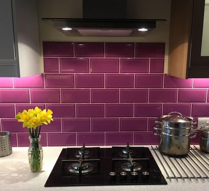 carrelage mural cuisine violet mauve brillant pour credence carrelée