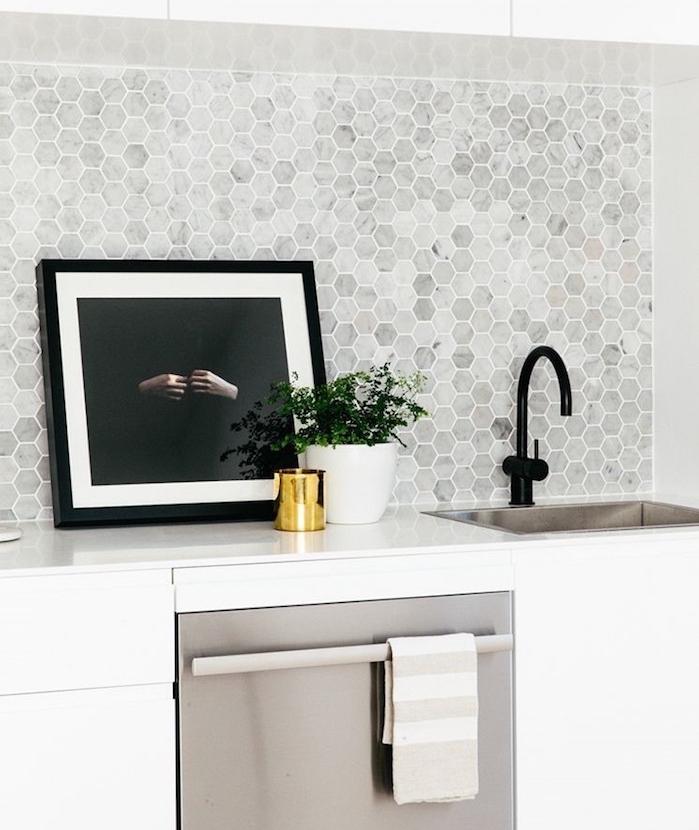 carrelage mural cuisine pour crédence blanc gris marbré avec petits carreaux de forme hexagonale