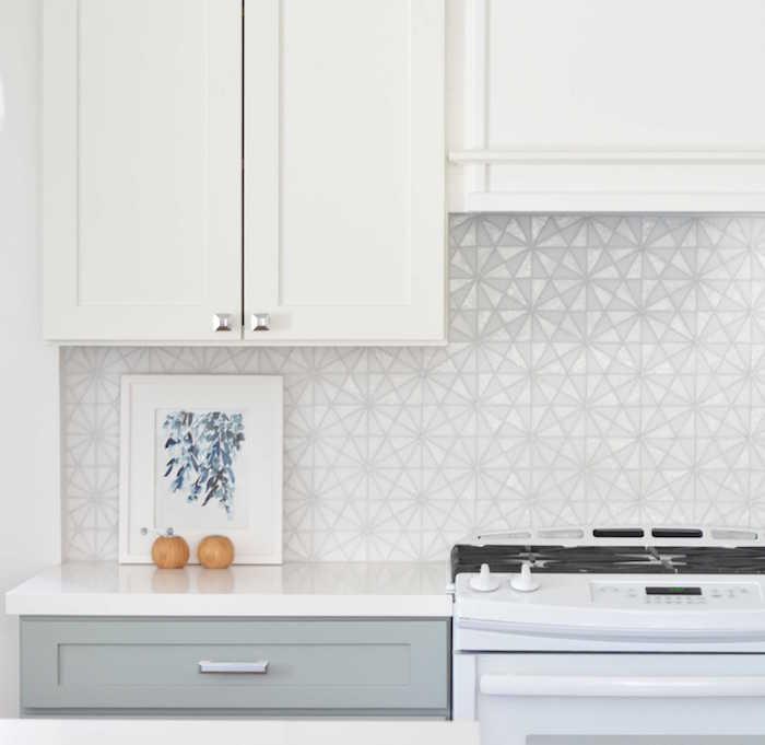 carrelage mural pour crédence de cuisine deco motif geometrique blanc brillant