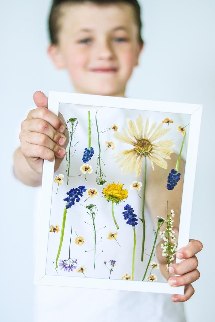 un joli herbier sous verre à réaliser soi-même pour la fête des mères, idée de bricolage fête des mères pour tout petit
