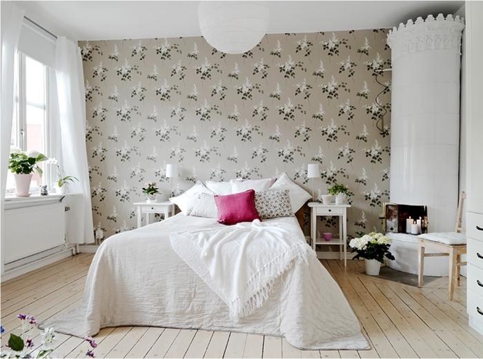 une chambre à coucher au charme vintage avec une tete de lit papier peint à motif vintage floral faisant office de mur d'accent