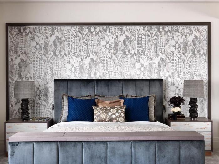 ambiance de luxe dans la chambre parentale avec une tete de lit deco en papier peint encadré et un lit en velours gris anthracite