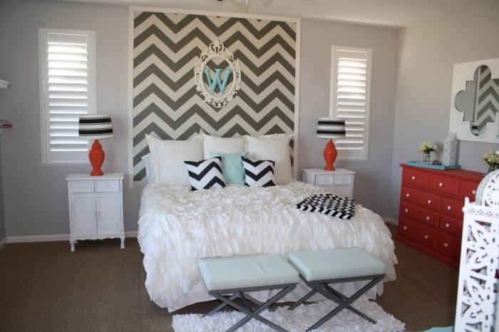 mettre accent sur le lit dans la chambre à coucher grâce à une tete de lit diy encadré fixée au mur