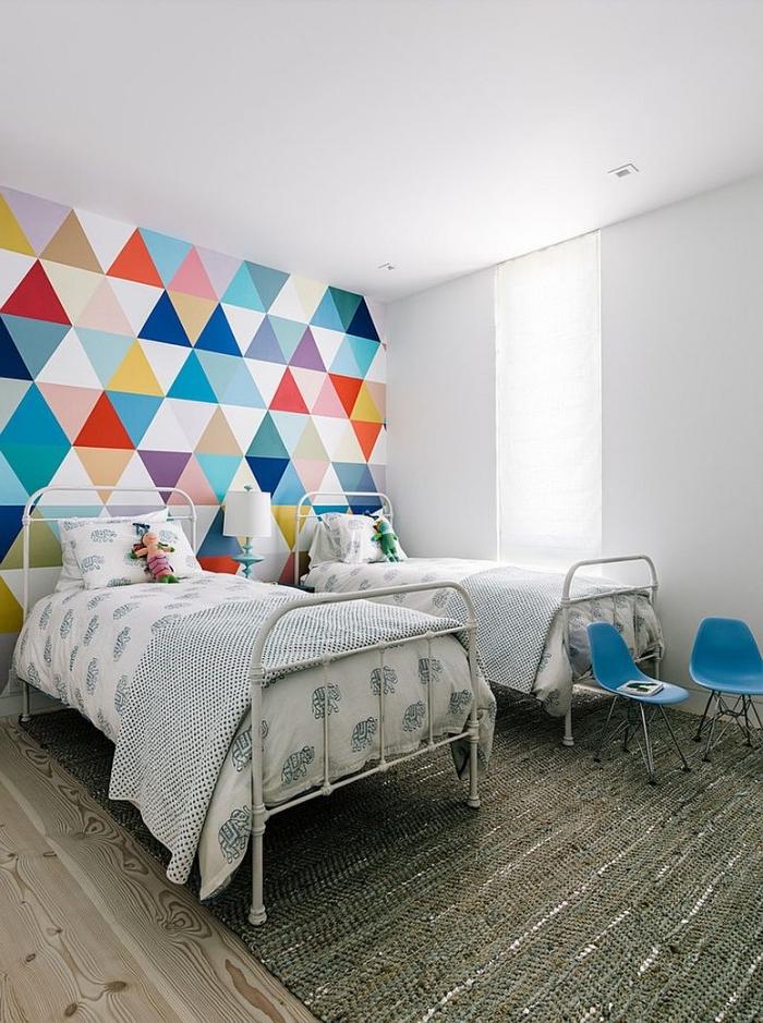 idée déco originale pour la chambre d'enfant avec un mur d'accent à motifs losanges multicolores qui constitue une jolie tete de lit deco