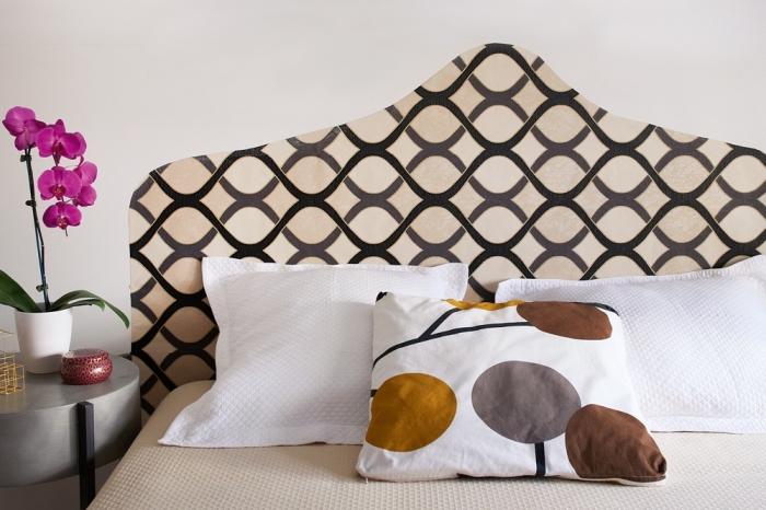 comment fabriquer une tete de lit avec du papier peint découpé à motif graphique, un projet de relooking peu coûteux pour la chambre à coucher avec du papier peint