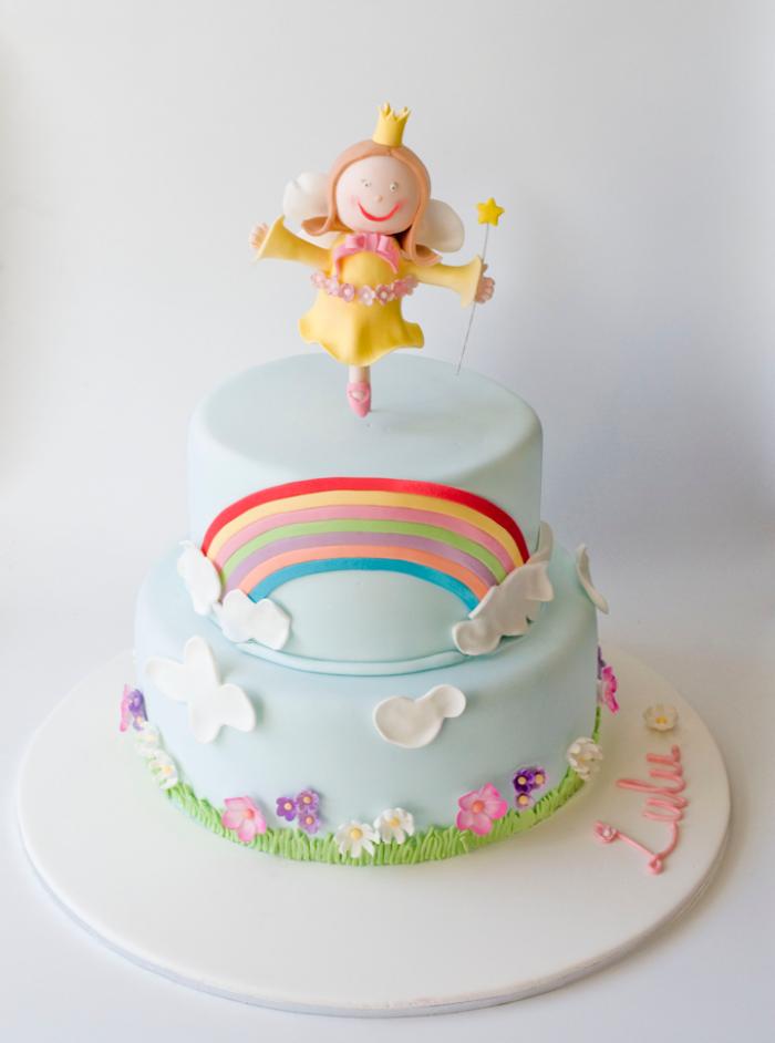 idée pour un joli gateau cake d'anniversaire magique décoré à la pâte à sucre, idéal pour fêter le premier anniversaire de votre fille