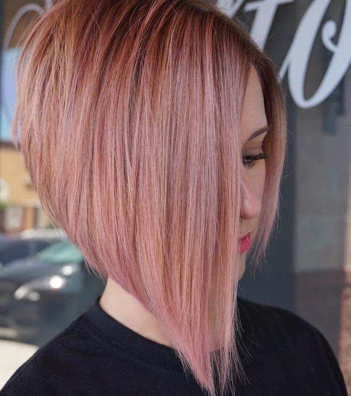 exemple de coupe carré plongeant avec différentes longueurs, coloration rose, cheveux lisses femme