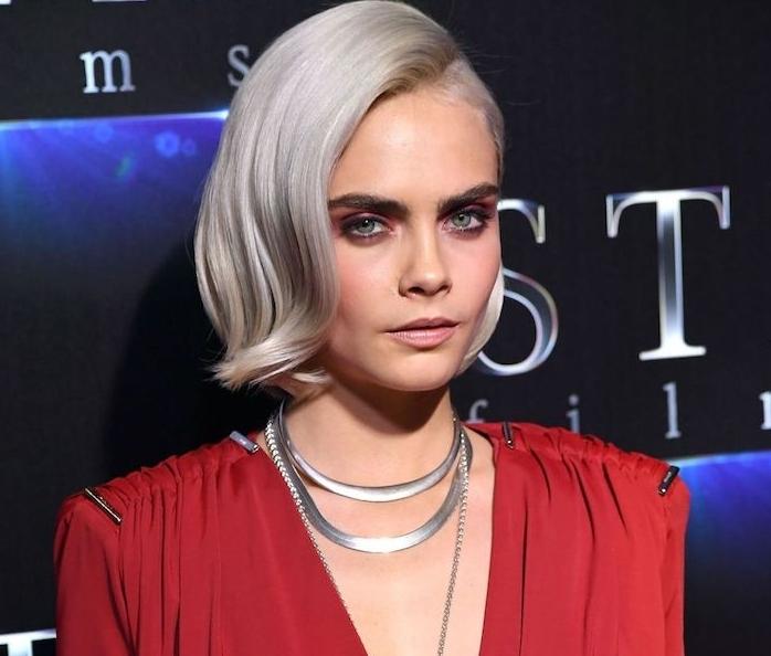 coiffure pour cheveux court retro chic, coloration grise raie sur le coté et volume sur le dessus, robe rouge
