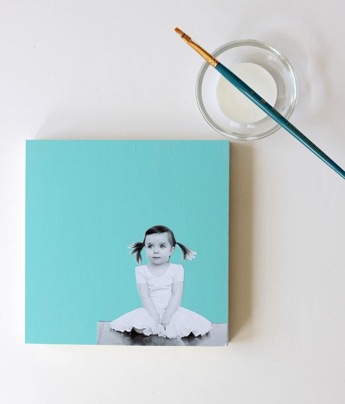 idée cadeau fête des pères avec une photo fille silhouette noir et blanc sur un block bois repeint de peinture bleue