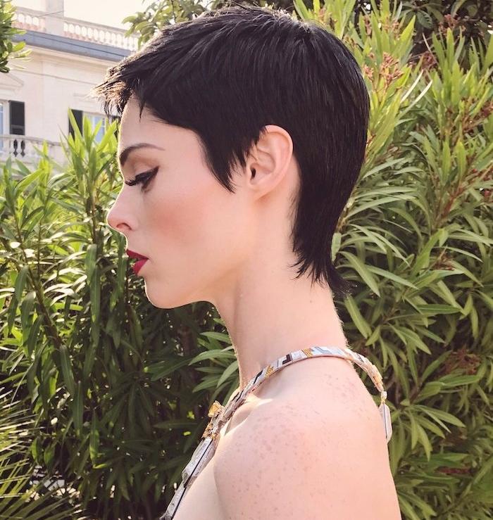 modele coupe de cheveux à la garçonne, cheveux noirs, petite frange sur le front, collier élégant femme
