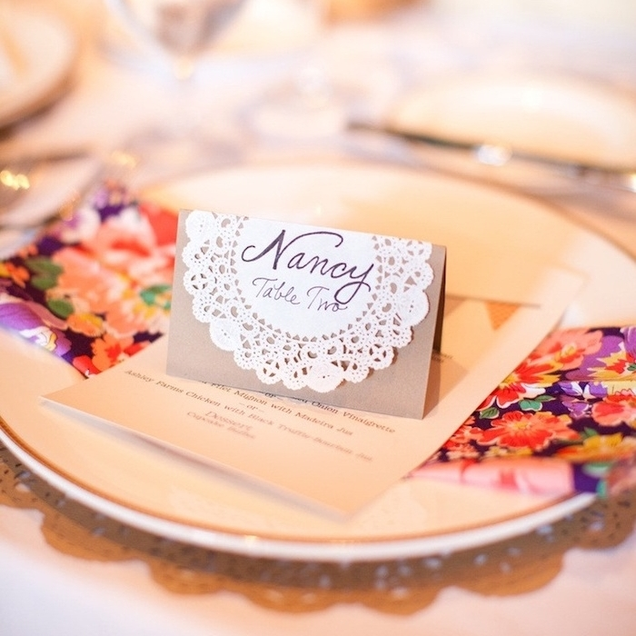 marque place mariage classique en petit carton de papier décoré de napperon blanc avec prénom invité et numéro de table