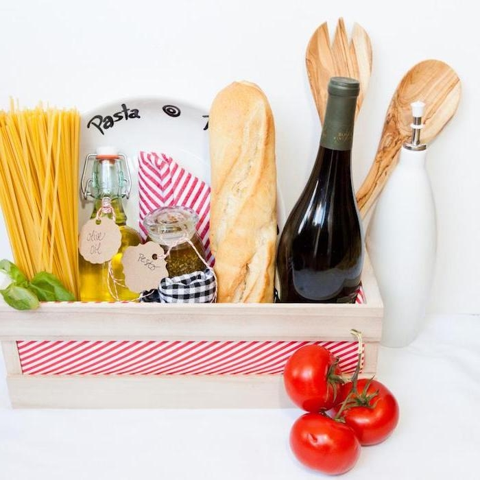 cadeau fete des peres original en panier avec produits pour faire des pâtes et ingrédients nécessaires pour les amateurs de la cuisine italienne