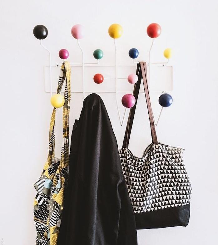 idée de porte manteau mural design en metal avec des accrocher en boules colorées de taille différente, accrocher vetements et accessoires