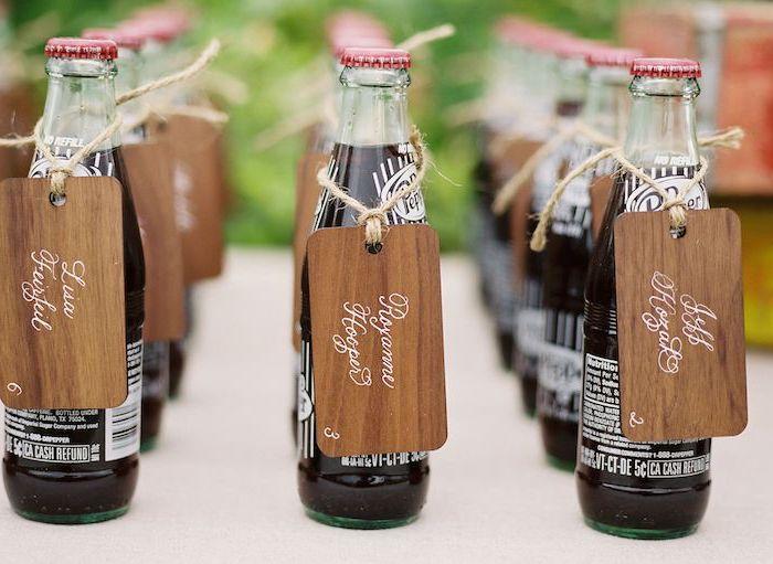 bouteilles de boisson rafraichissante avec de petites plaques bois décorées de lettres blanches, marque place original
