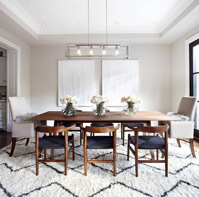salle à manger moderne design simple murs blanc à la scandinave avec table et chaises en bois sur grand tapis en laine blanc et bleu