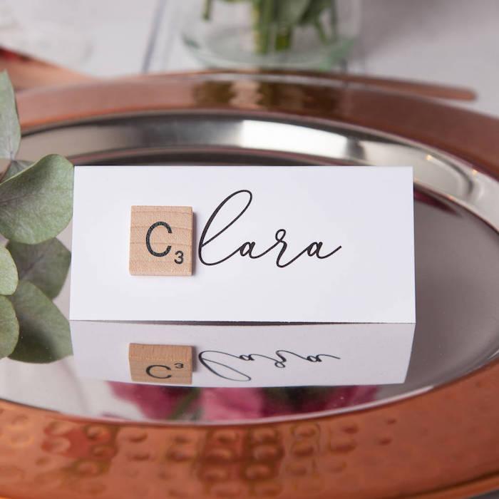 décoration de table mariage simple etiquette mariage nom invité en lettres noirs avec une majuscule scrabble