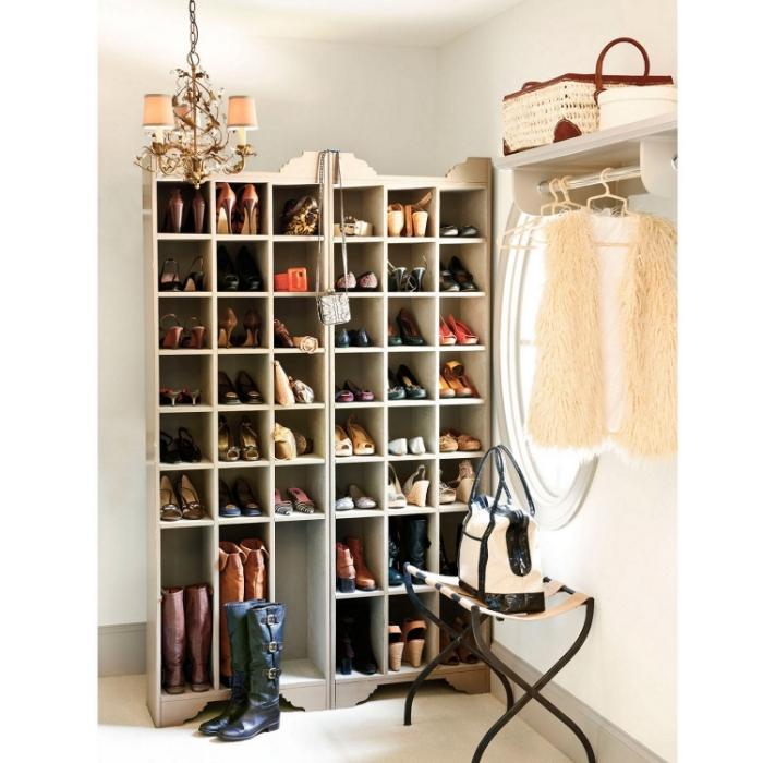 un meuble pour chaussures compartimenté au look vintage pour aménager un coin dressing fonctionnel et déco