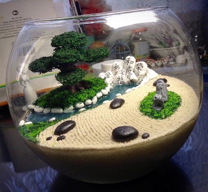 mini jardin japonais dans bocal aquarium avec sable et petit bonsai