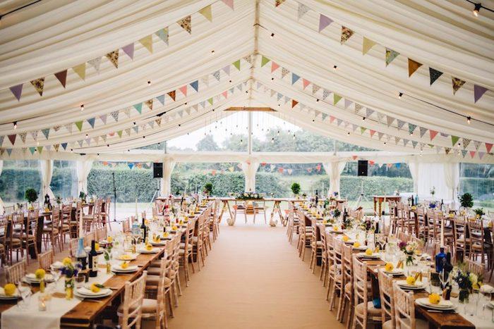 Marque place mariage porte menu mariage romantique decoration table festive dresser la table longue