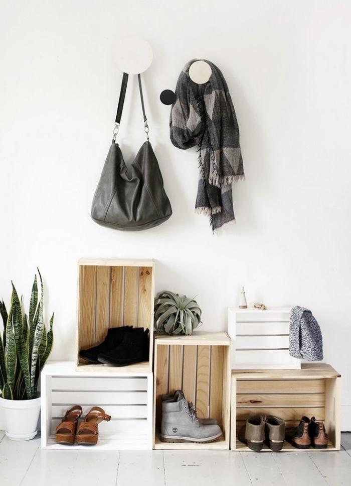 de vieilles caisses en bois récupérées, détournée en meuble pour chaussures de style rustique