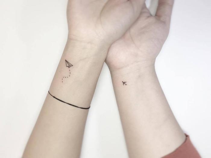joli exemple de tattoo pour couple, modèle de tatouage minimaliste à design petit avion origami sur le poignet