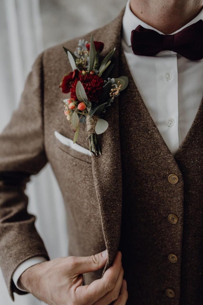 utenue champetre homme chic avec costume trois pièces de coupe ajustée moderne agrémenté d'une poche droite et d'un noeud papillon bordeaux