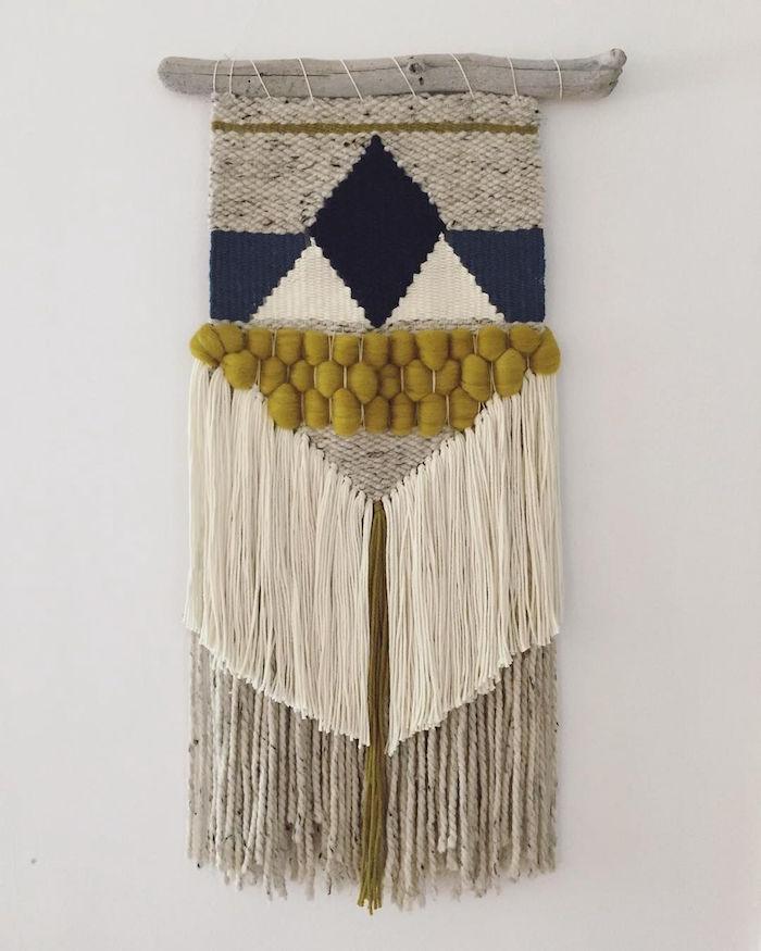 tissage mural macramé tissé en laine avec bois flotté comme déco murale