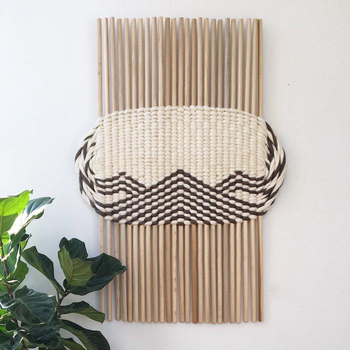 tissage en laine avec tiges en bois pour déco murale originale diy