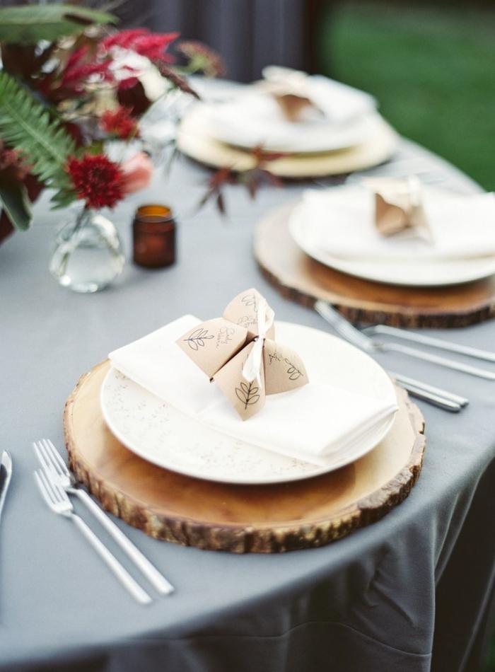jolie décoration de table de mariage en style rustique avec des sous-assiettes en rondin de bois et marque-places origami, comment faire des cocottes en papier pour la décoration de table