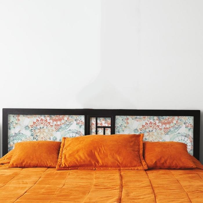 une tete de lit diy en papier peint imprimé encadré à motif abstrait qui contrastie avec le cadre en bois foncé