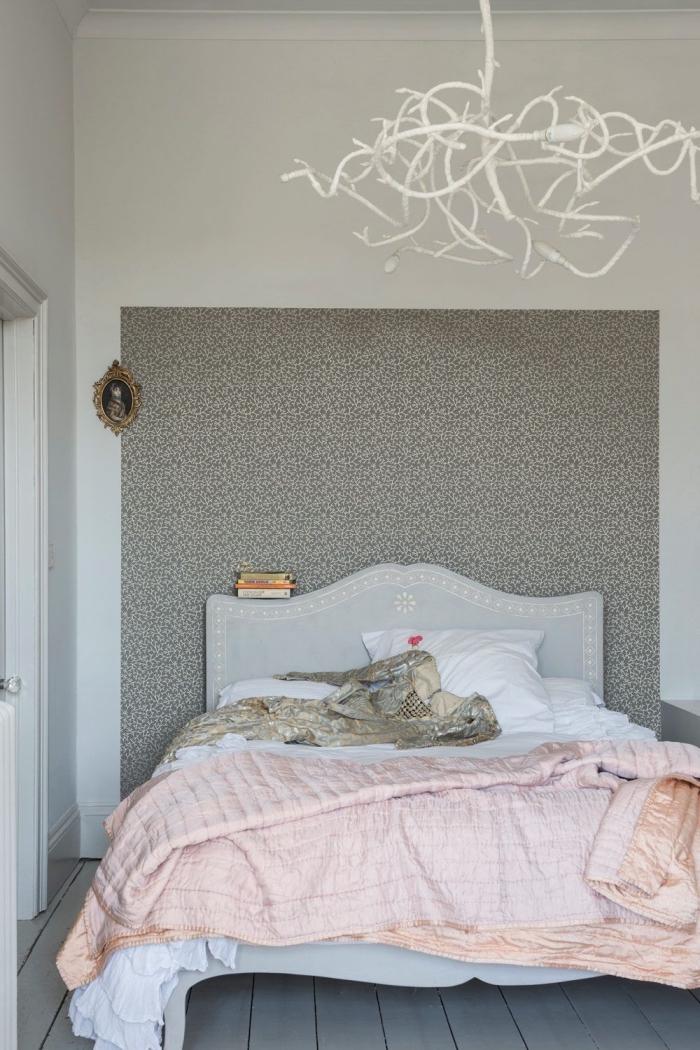 une tete de lit deco mise en valeur par un pan de papier peint aux motifs raffinés vintage en teinte taupe