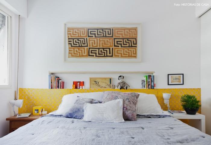une bande de papier peint imprimé jaune moutarde posé sur toute la longueur du mur, imitant une tete de lit deco