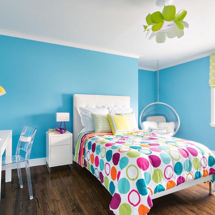 idée de peinture mur chambre bleu clair avec couette en couleurs sur sol plancher foncé