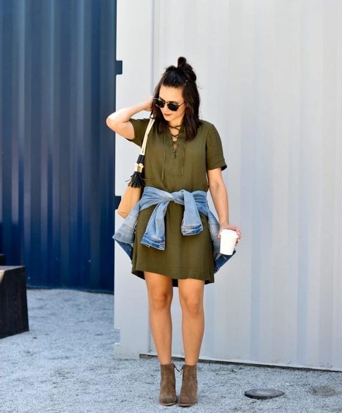 robe verte et veste en jean, idée tenue été stylée 2019, coiffure bpheme chic sur carré long, chignon haut décoiffé