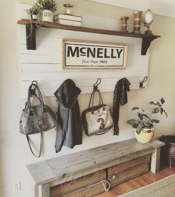 une idée de porte manteau en bois de palette original avec des lattes blanches assemblées et étagère bois brut et métal banc en bois, parquet bois