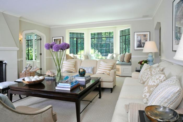 table basse de bois, tapis gris, fauteuil et sofas élégants, coussins motifs floraux, décorer son salon chic et élégant