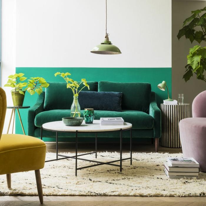 canapé émeraude, table basse blanche, plantes vertes, chaise moutarde, lampe pendante, idee deco peinture salon 2018