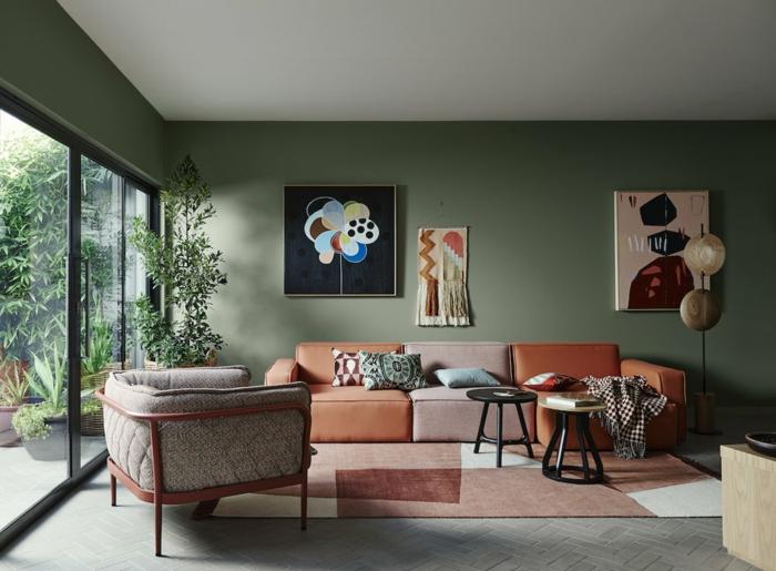 un salon original en gris et orange, cadres peintures abstraites, porte vitrée coulissante